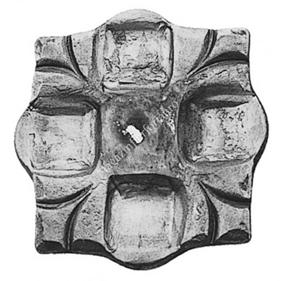 802/5 Placa de prindere stalp forjata din tabla de 6mm cu amprenta floare 70x70mm